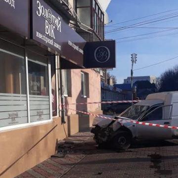 У Вінниці Nissan в'їхав у стіну житлового будинку, водій загинув