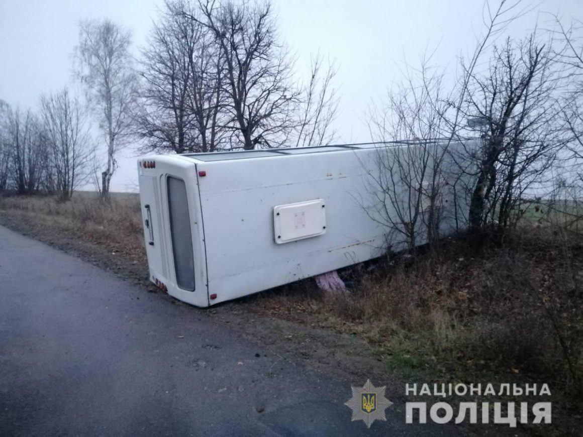 На Вінниччині через ожеледицю перекинувся рейсовий автобус: п'ятеро людей у лікарні (фото)