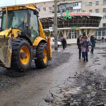 У Вінниці ескаваторник пошкодив асфальт на тротуарі