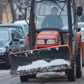 Вінницькі комунальники прибирають вулиці від снігу