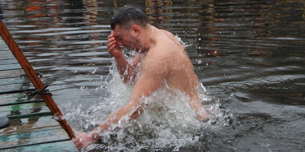 Вінничани відзначатають Водохреща на Вишенському озері (ФОТО)