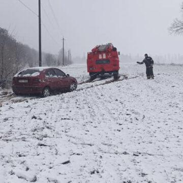 """Вінницьких водіїв із """"снігових пасток"""" визволяють рятувальники"""