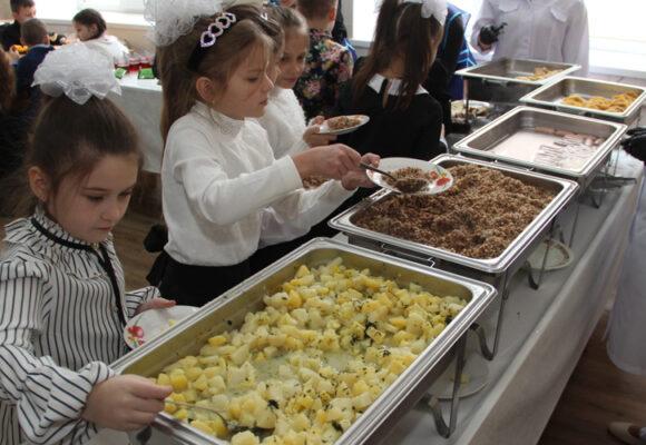 """""""Можна їсти, скільки хочеш!"""" У школі № 9 показали, як харчуються учні за новою системою"""