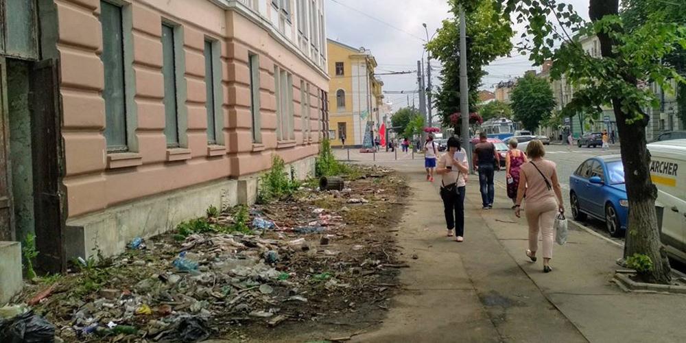 У Вінниці тротуар на розі Соборної та Театральної прибрати і можна знову ходити