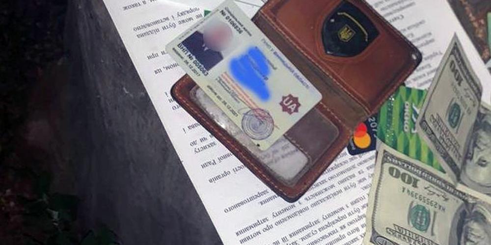 Вінницького поліцейського підозрюють в отриманні 5,5 тис. доларів неправомірної вигоди