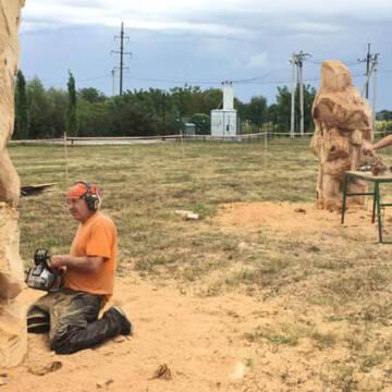 Як у Ладижині працюють майстри дерев'яної скульптури