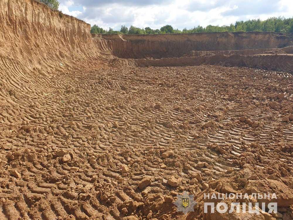В Хмільнику поліцейські виявили масштабний незаконний  видобуток глини