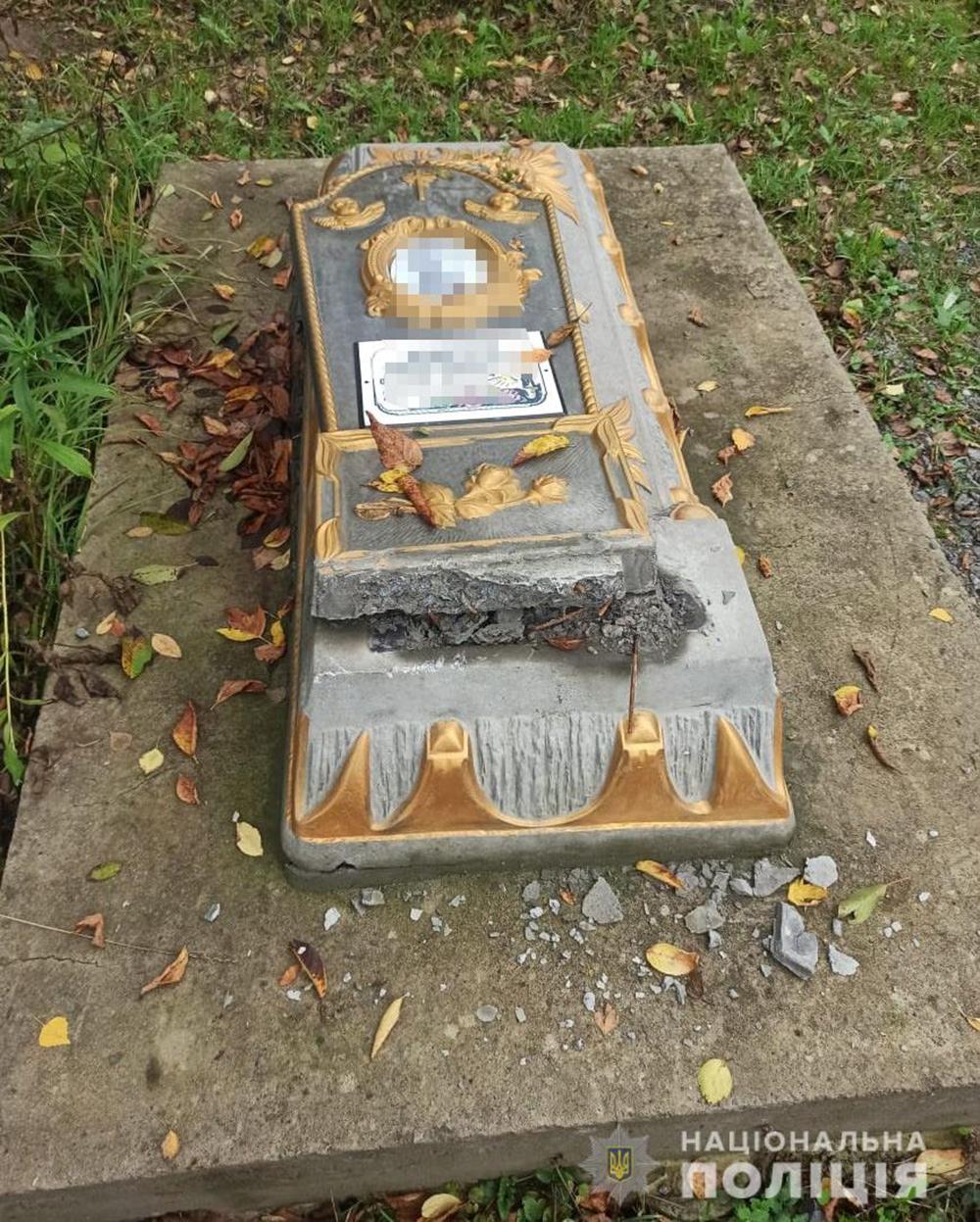В Літинському районі розтрощили пам'ятники на кладовищі