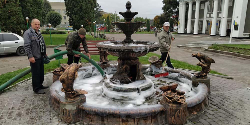 У Гайсині вимагають суворого покарання для юнаків які долили миюУ Гайсині вимагають суворого покарання для юнаків які долили миючий засіб у фонтан чий засіб у фонтан
