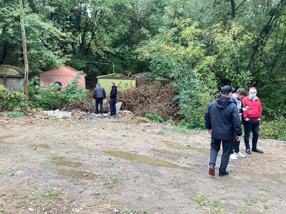 На вулиці Коріатовичів розчистили струмок: вивезли 5 вантажівок сміття