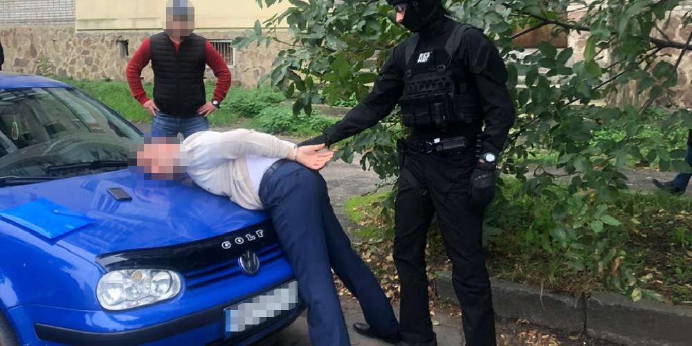 На Вінниччині ДБР затримало посадовця поліції за хабар у 5 000 доларів