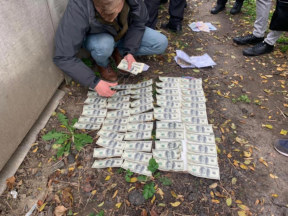 На Вінниччині голову ОТГ затримали під час отримання хабаря в 10,5 тис. доларів