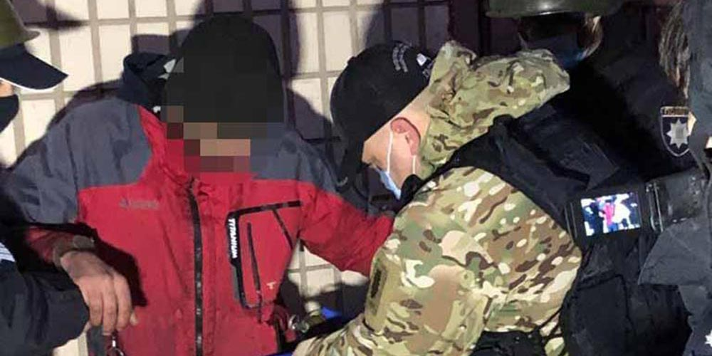 Чоловікові, який погрожував гранатами охороннику, оголосили підозру