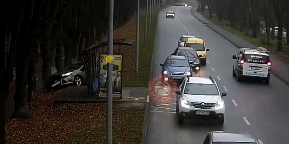 На вулиці Пирогова автомобіль «злетів» з дороги та в'їхав у дерево