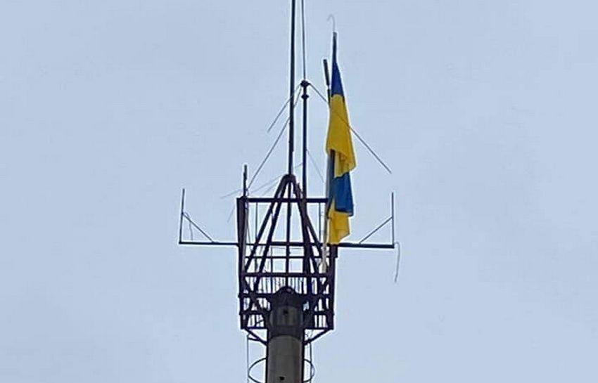 Вінничанин вибрався на вершину 25-метрової вишки у Луганську, щоб повісити прапор України