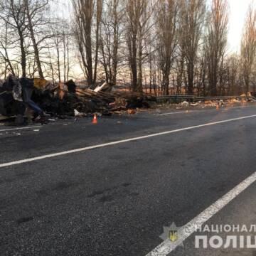 У Немирівському районі зіткнулися дві вантажівки: водії загинули