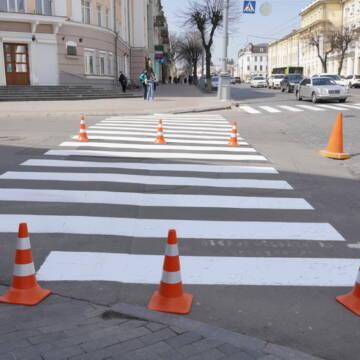 Міські комунальники оновлюють дорожну розмітку