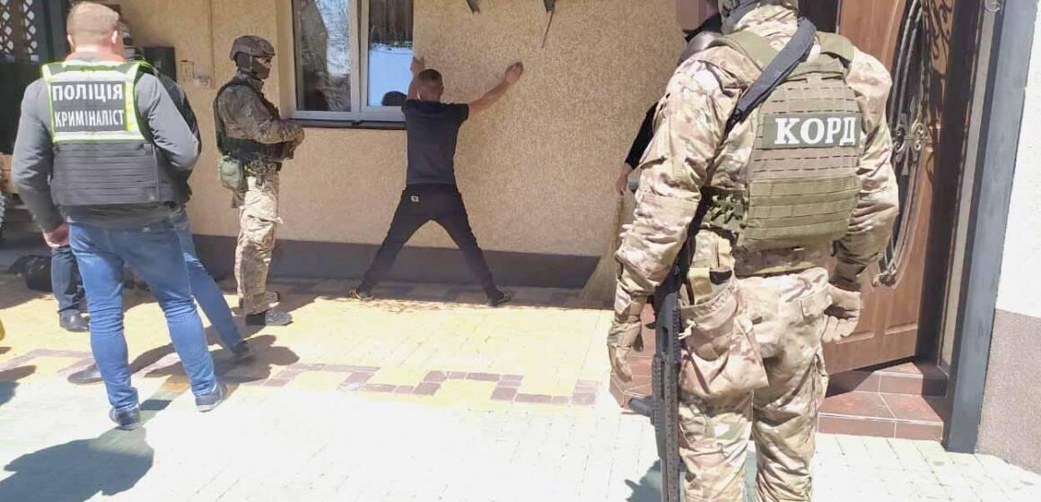 Поліціянти ліквідували злочинне угруповання, яке займалось виготовленням та розповсюдженням наркотиків у трьох областях України