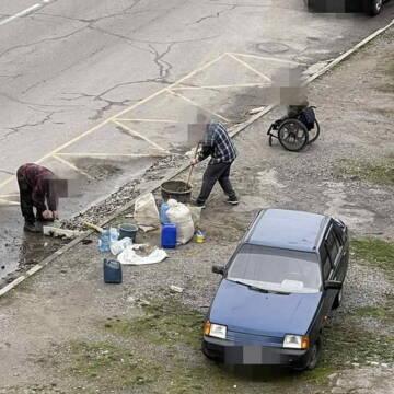 Декілька мешканців Вінниці пошкодили зупинку громадського транспорту, щоб зробити заїзд для своїх автівок