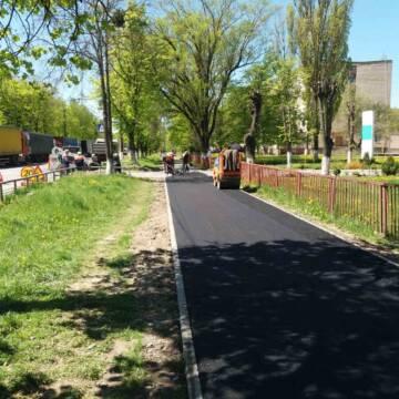 На одній з вулиць Замостя продовжують асфальтувати тротуари