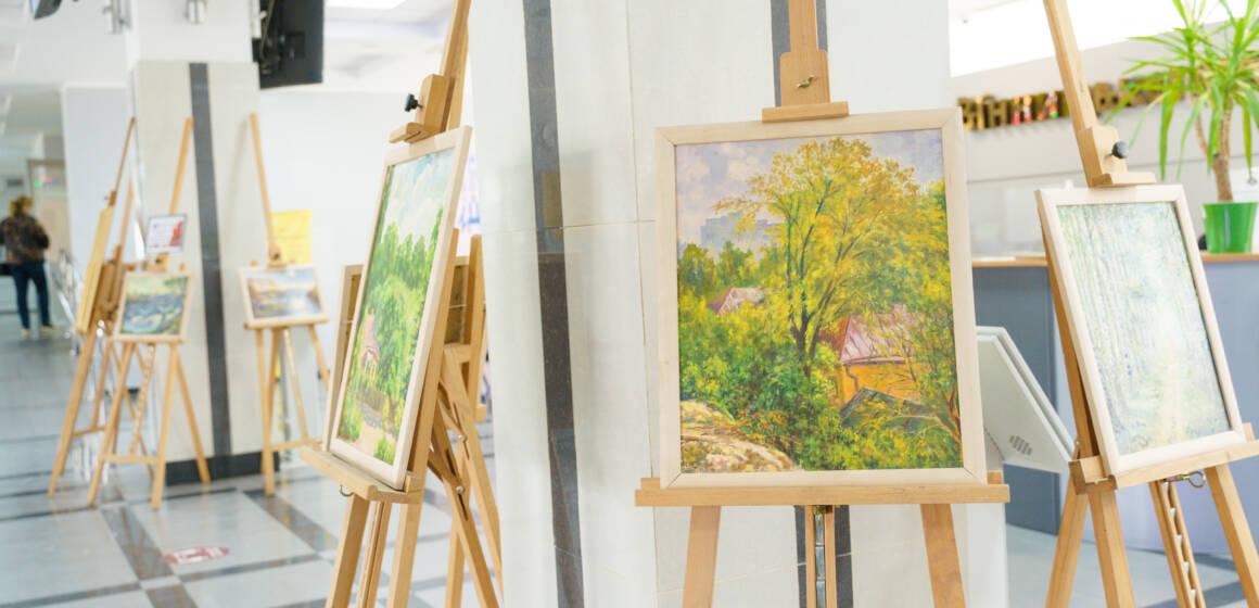 У міськраді триває виставка картин Михайла Вороніна – ветерана ДСВ