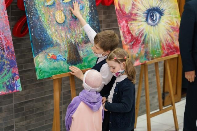 """У Вінниці запрацювала виставка """"Галактики особливих дітей"""""""