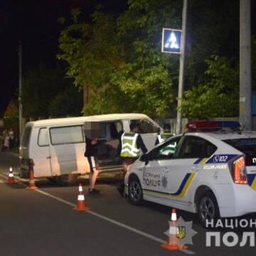 У Вінниці розшукують водія мікроавтобуса, який травмував двох людей та зник з місця ДТП