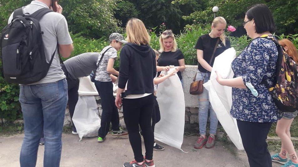 Вінничани зібрали майже 20 мішків сміття біля Вишенського озера