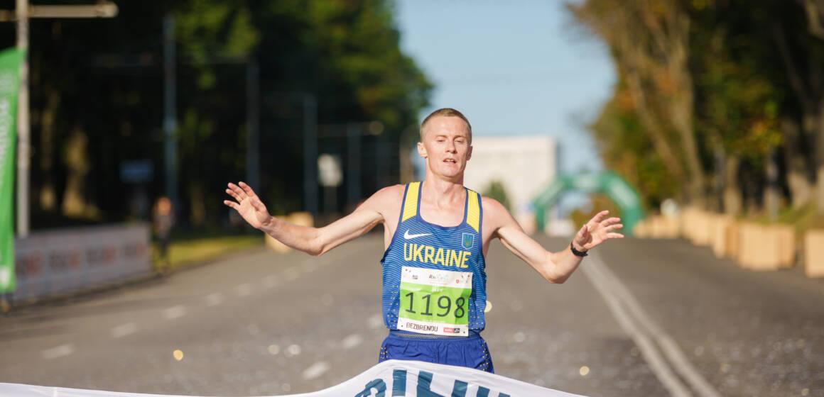 Маже 1000 спортсменів бігли напівмарафон у середмісті Вінниці
