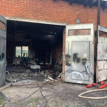 Внаслідок пожежі в одному з гаражних кооперативів Вінниці згоріло дві автівки. ВІДЕО