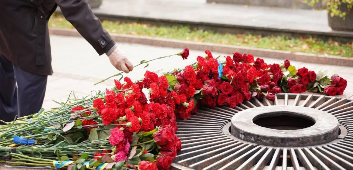 Поважати. Пам'ятати. Пишатися. Керівники міста вшанували пам'ять загиблих героїв