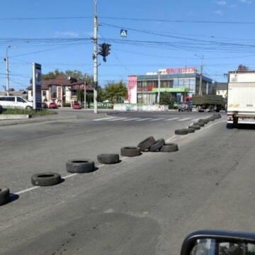 Невідомі розклали десятки автомобільних шин на дорозі у Вінниці
