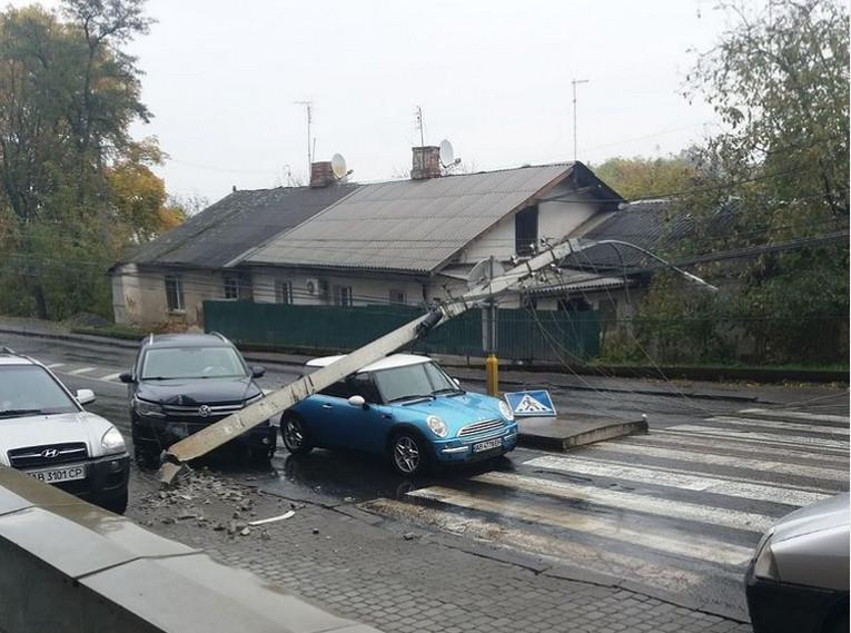 У Вінниці на автівку упала електроопора
